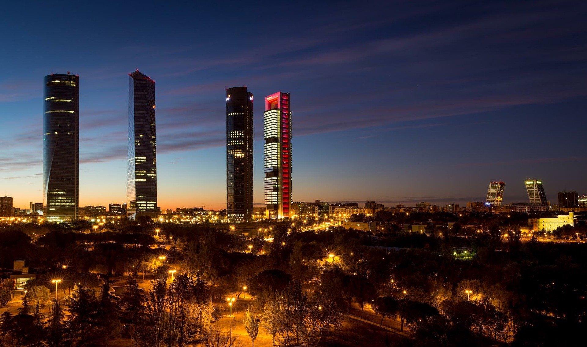 Madrids skyskrabere i mørke