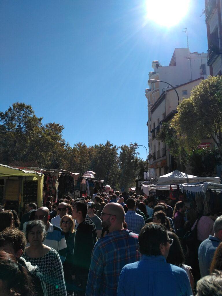 El Rastro der er fyldt med mennesker i solskin