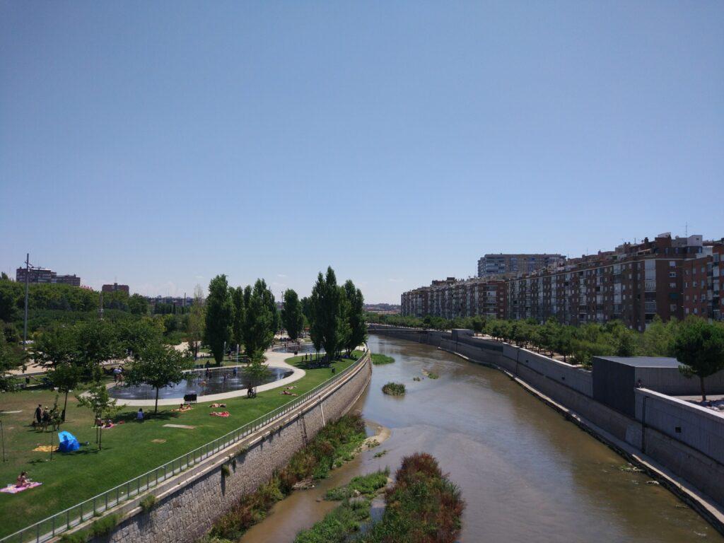 Arganzuela i Madrid om sommeren med folk der solbader