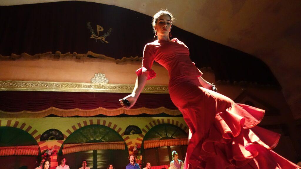 dame fra andalusien der danser flamenco og synger spansk musik