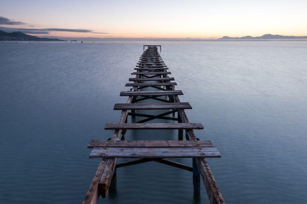 bro ud i vandet ved kysten i alicante - Kandidat og uddannelse i Spanien - Alt om Spanien