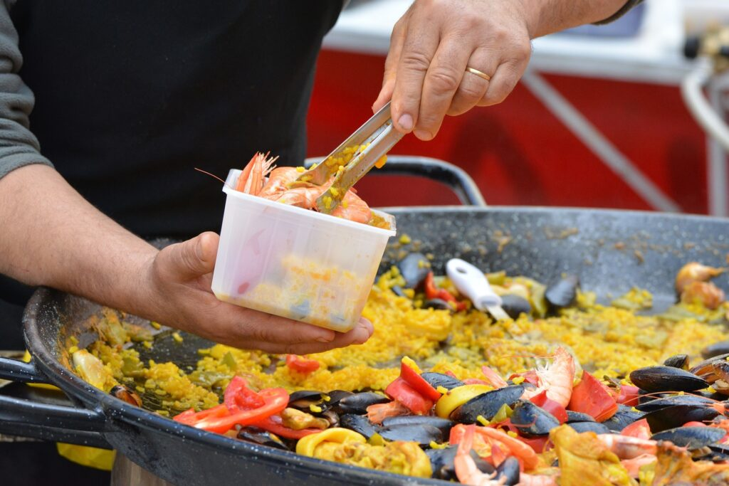 paella i spanien med fisk og rejer