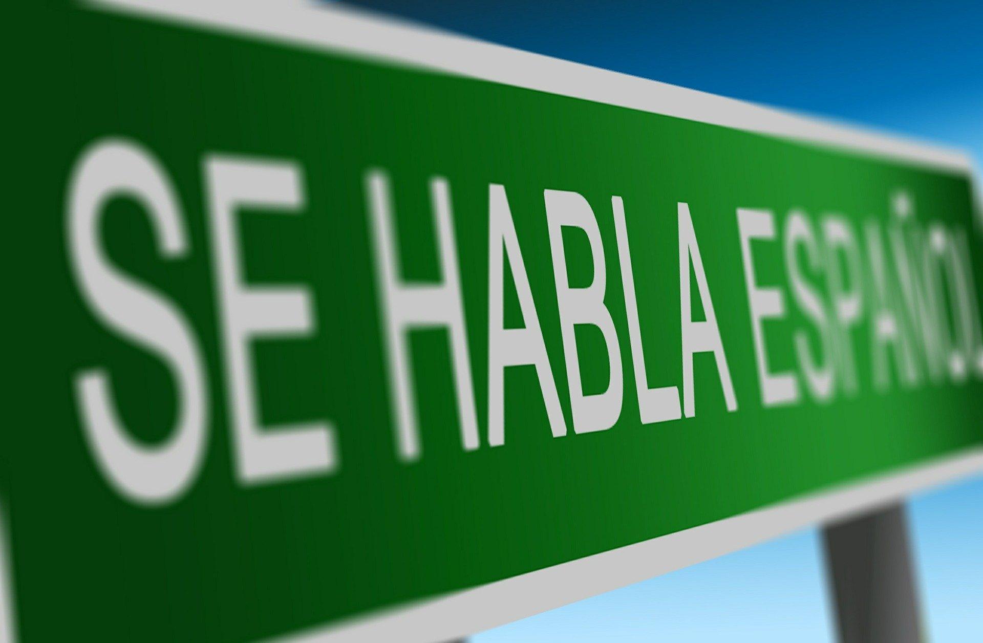 byskilt hvor der står her tales spansk på spansk