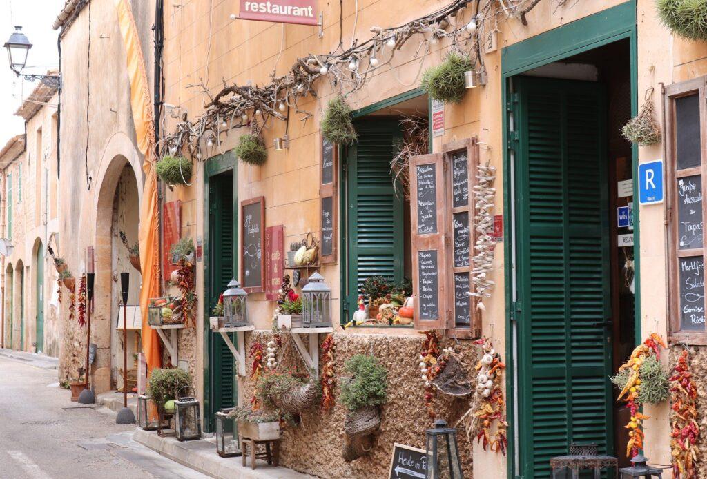 små butikker i en spansk by - kandidat i spanien - alt om spanien