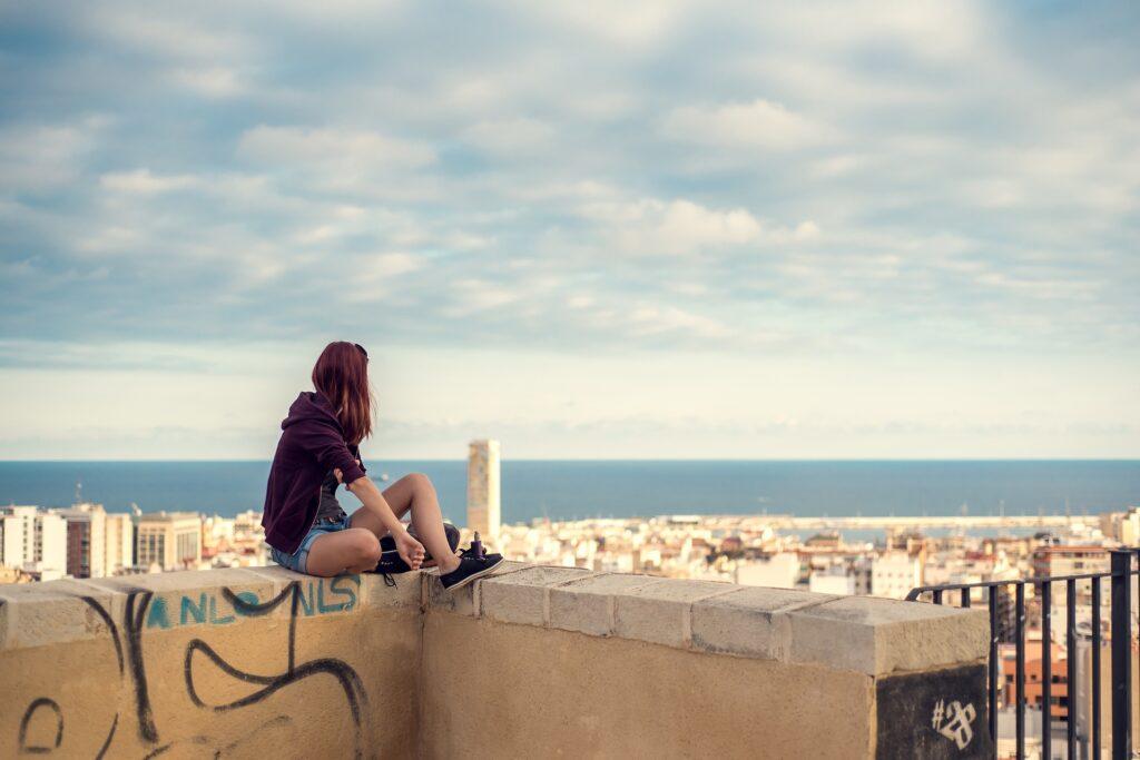 Udsigt over alicante hvor pige sidder | Alt om Spanien